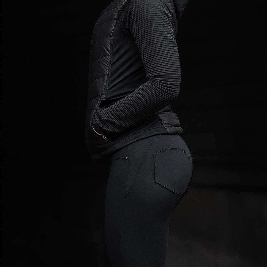 Svart träningsjacka och svarta Mdee Model 5 byxor från sidan