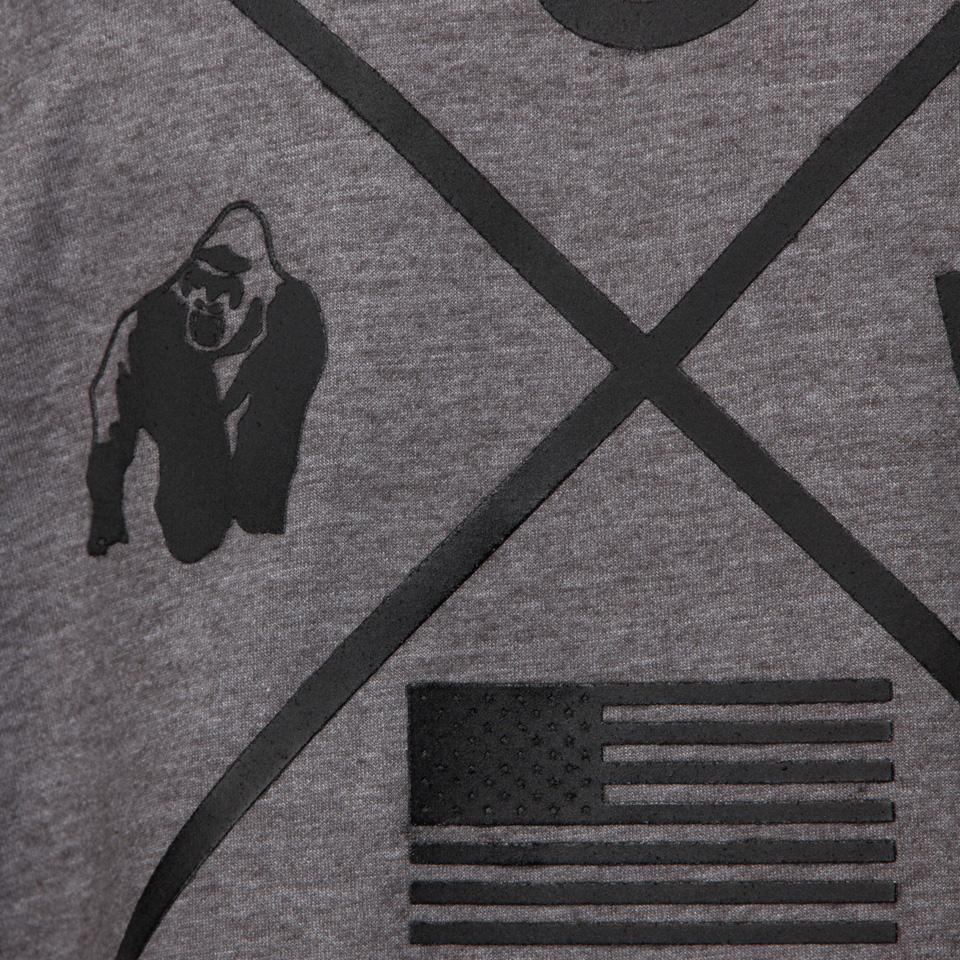 Gorilla Wear Sheldon Work Out Top Grå Träningstshirt detaljbild på brösttrycket
