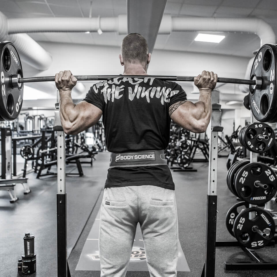 Svart Viking Power T-shirt på gymmet